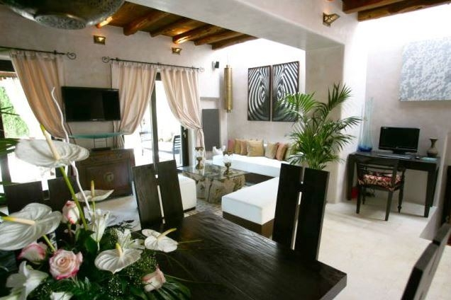 villa-San-Miguel-living-room-with-dining-area