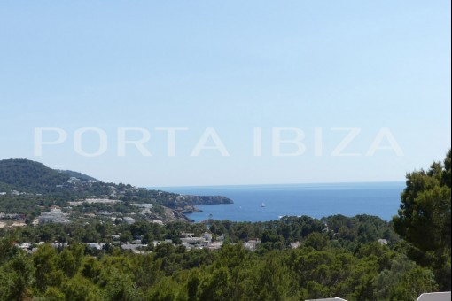 Beautiful villa with sea views and lots of potential