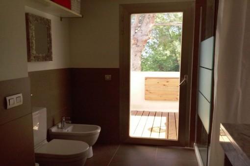 Bathroom en suite with shower
