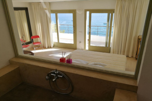 Bathroom en suite with sea views