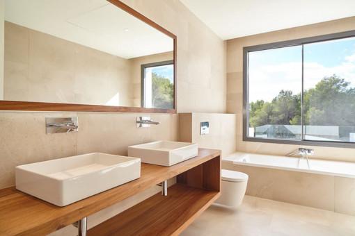 Noble bathroom with bath tub