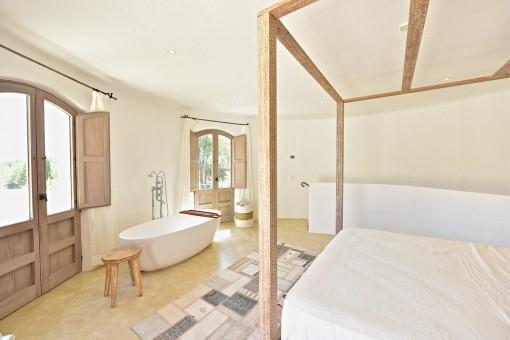 Bedroom with bath tub en suite